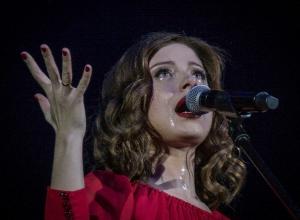 На концерте в Воронеже Юлия Савичева плакала, читала стихи и пела гимн России