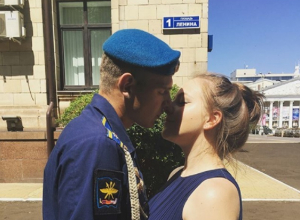 Воронежцы страстно поцеловались на пороге обладминистрации
