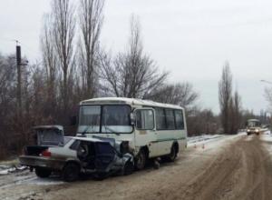 В Воронеже опубликованы жуткие фото, как маршрутный ПАЗ раздавил ВАЗ