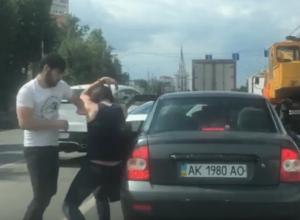 Москвичи, жестоко избивающие украинцев дубинкой в центре Воронежа, попали на видео