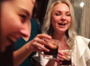 Очаровательные девушки похвалились, как отмечают 21-летие своей подруги в Воронеже