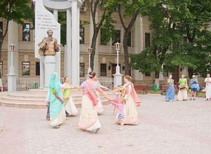 Танцующие у Пушкина кришнаиты вызвали неоднозначную реакцию у воронежцев