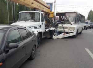 Последствия столкновения автобуса и автокрана попали на фото в Воронеже