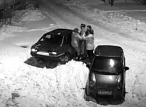 В Воронеже драка соседей за парковочное место попала на видео