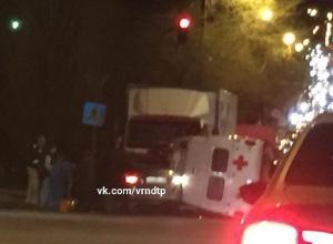 Опубликовано фото перевернутой «скорой» в Воронеже