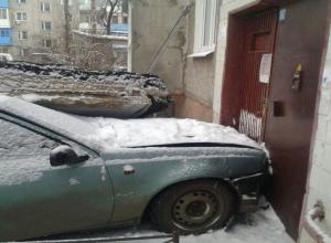 В Воронеже водитель протаранил подъезд многоэтажки