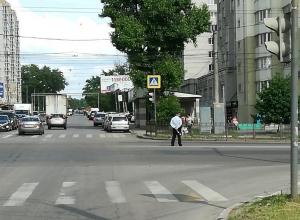 В Воронеже полицейский регулировал движение вместе с умным светофором