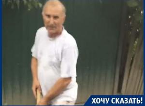 Пенсионерам вручную приходится выравнивать дорогу в Воронеже