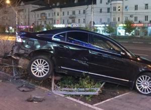 Опубликовано фото ночного погрома, устроенного иномаркой у ТЦ в Воронеже