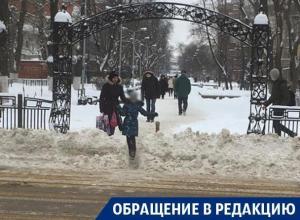 В Воронеже снежные завалы толкают пешеходов на проезжую часть