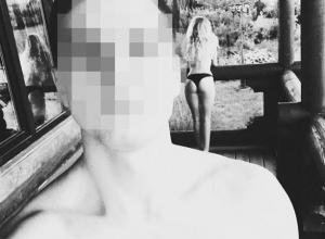 Блондинка в одних стрингах случайно попала на селфи в Воронеже