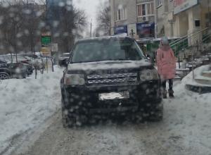 Автохам на Land Rover ушел по делам, заблокировав проезд в Воронеже