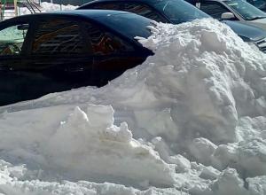 В воронежском ЖК водитель потерял свою машину в сугробе
