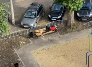 Мужчину в эротичной позе застали на лавочке в Воронеже