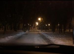 Воронежцы похвастались на видео, как разъезжают на авто по тротуарам парка в центре города