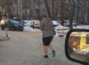 Воронежцев в мороз удивила женщина в сланцах и с голыми ногами