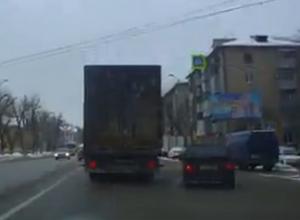 На видео попало, как в Воронеже фура впечаталась в две легковушки