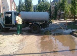 Воронежцы возмутились сливом нечистот на одной из улиц рядом с водохранилищем