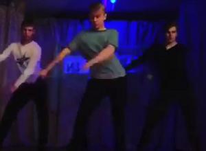 Странно-забавный танец парней в Воронеже попал на видео