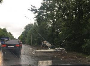 На Острогожской в Воронеже «Опель» протаранил столб и улетел в кювет