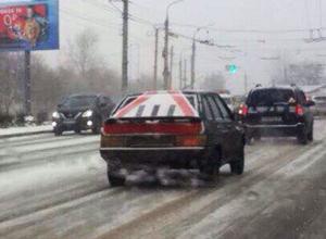 На дороге в Воронеже заметили гипертрофированный знак шипованной резины