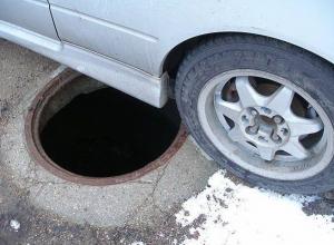 В Воронеже водитель переехал вылезавшего из люка мужчину