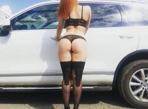 Девушка в чулках и нижнем белье попозировала у внедорожника в Воронеже