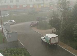 Сильнейший ливень в Воронеже сняли на видео