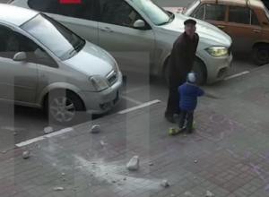 Пьяные подростки сбросили на дедушку с внуком бетонную глыбу в Воронеже
