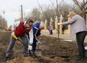 В модных очках вышел на уборку парка мэр Воронежа