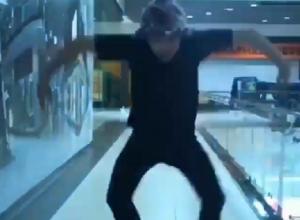 Экстравагантный танец парня в ТЦ в Воронеже сняли на видео
