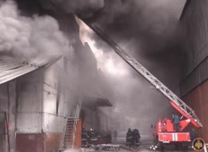 Тушение склада с резиной в Воронеже попало на видео