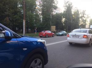 Воронежцев взбудоражила корявая парковка «Опель Астра» на «встречке»