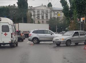 Авария застопорила движение целой улицы в центре Воронежа