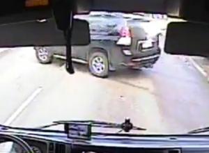 Момент столкновения Toyota Land Cruiser Prado с ВАЗом в Воронеже попал на видео
