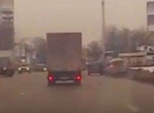 Воронежец улетел на машине в сугроб, когда его подрезало другое авто, и попал на видео