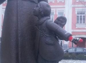 В Воронеже снова начали одевать памятники в теплые вещи