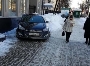 Воронежцы сдали в ГИБДД иномарку с адскими номерами