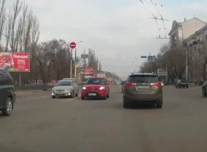 Блондинка на розовом «Киа» едва не устроила страшную аварию в Воронеже и попала на видео