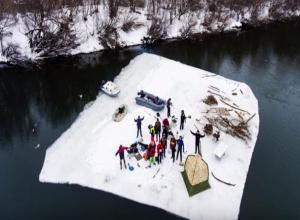 Купание воронежцев в ванной посреди реки попало на видео