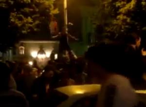 Массовые танцы на машинах устроили фанаты в центре Воронежа