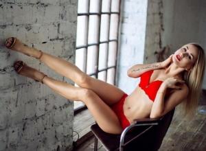 Блондинка в красном белье показала воронежцам свои татуировки