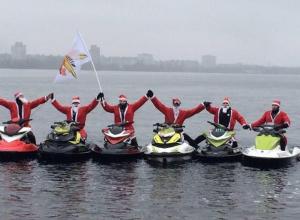 Деды Морозы прокатились по Воронежскому водохранилищу на гидроциклах