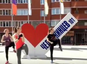 Танцы с элементами боя устроили на улице в Воронеже три девушки