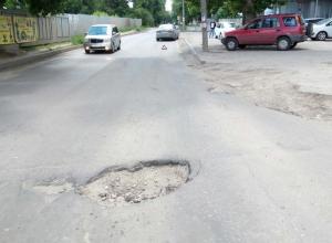 Водителей предупредили про огромную яму на улице Карпинского в Воронеже