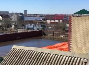 Вышедшая из берегов река добралась до микрорайона в Воронеже
