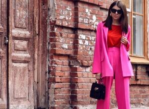 Красотку в ядерно розовом костюме сфотографировали на улице в Воронеже