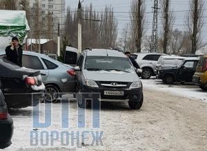 Глупое ДТП на парковке у елочного базара сфотографировали в Воронеже