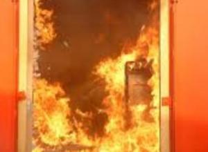 Житель Воронежа поссорился с соседями и поджег им дверь