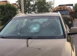 В Воронеже бревно прилетело в лобовое стекло Audi Q3